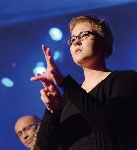 Laura Schwengber auf der Bühne.