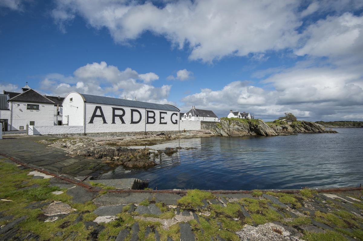 Eine der derzeit acht Destillerien, die auf Islay Whisky brennen (Foto: Ardbeg Distille)