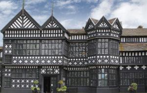 Das schwarz-weiße Fachwerkhaus im Tudor-Stil ist typisch für England. Bramall Hall, Grafschaft Cheshire.