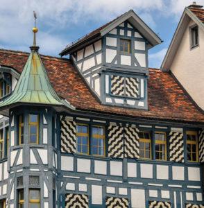 Seltene Architektur in der Schweiz: Klassisches Fachwerkhaus mit Türmen und Erkern in St. Gallen.