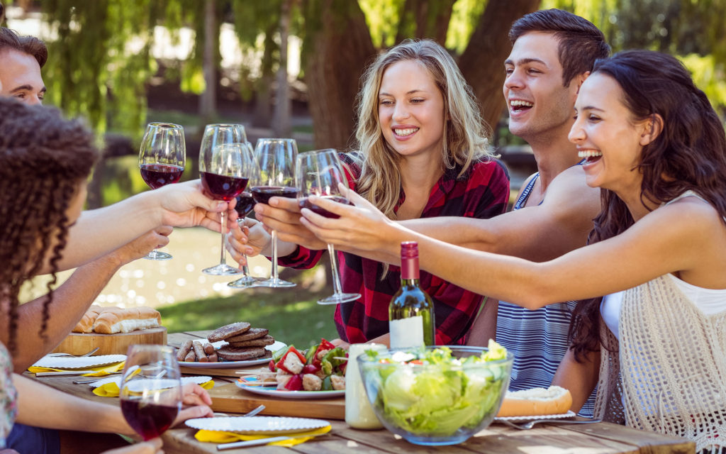 To enjoy wine, the right glasses - whether in the restaurant or at the barbecue party.Photo: Adobe Stock