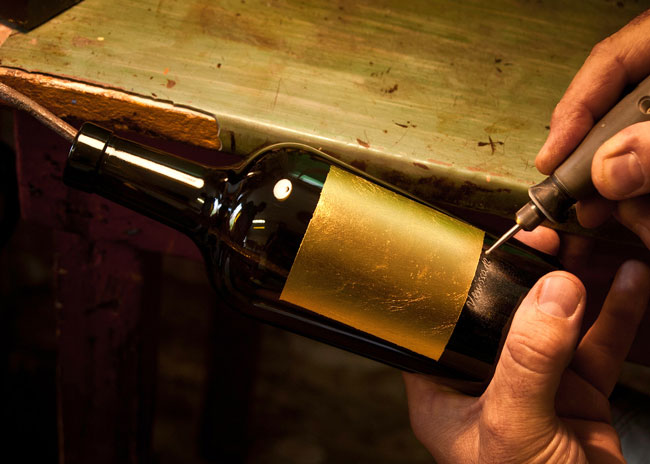 Noble handcraft – Each bottle of Venissa is decorated with a gold leaf and gets an engraving.
