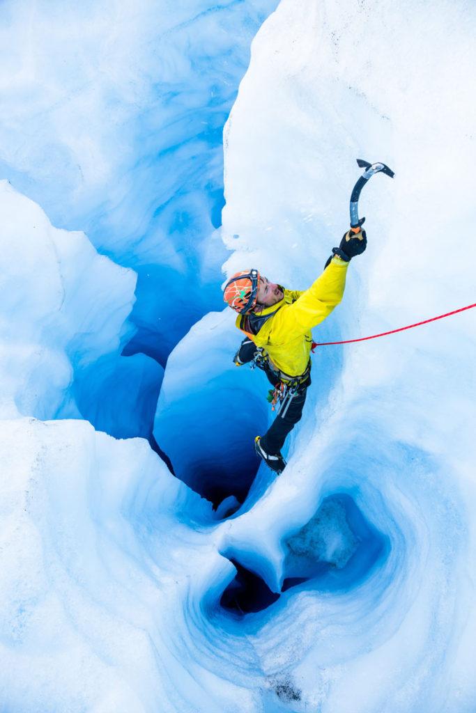 Gut gesichert – mit Eispickel und Steigeisen in der eisigen Wand.
