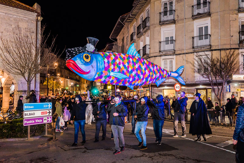 The last journey – in many cities of Spain a magnificent sardine is carried to the grave