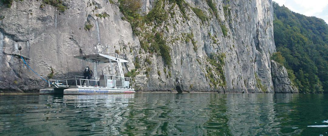 Abtauchen direkt am Berg: die Falkensteinwand mit ihren Unterwassergrotten. Der Wolfgangsee ist bis zu 114m tief.