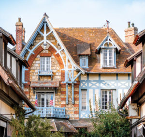 Die kleinteilige Struktur des Fachwerks ist typisch für die Normandie. Häuserzeile in Deauville.