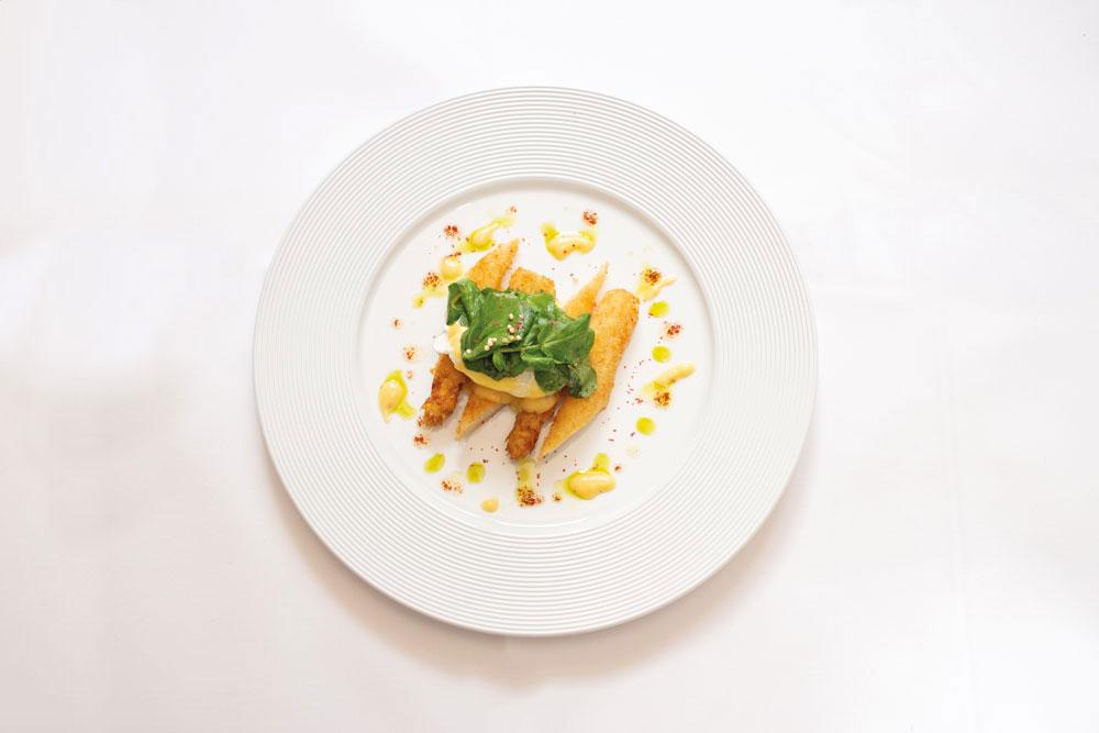 Gebackener Stangenspargel mit pochiertem Ei, Tomaten-Vinaigrette, marinierte Brunnenkresse