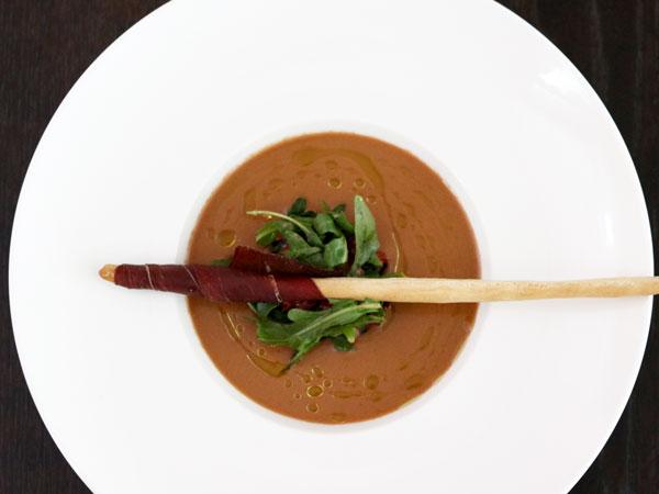Kalte Rucola-Erdbeer-Gazpacho mit Rehschinken-Grissini