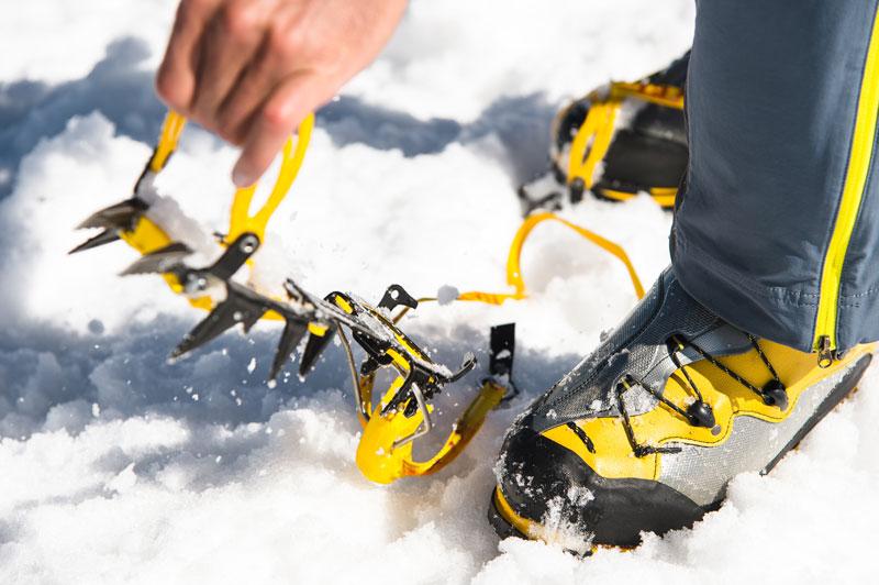 Mit dem passenden Equipment können auch unerfahrene Kletterer unter Anleitung in die Eiswand