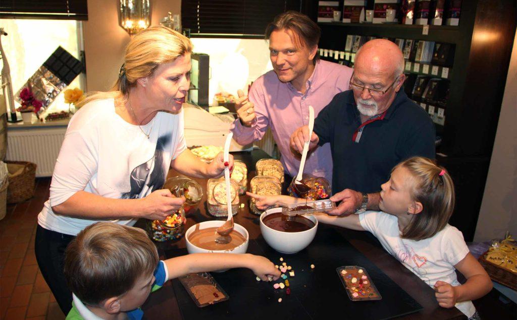 Im Schololaden-Seminar lernen die Teilnehmer, wie die Süßigkeit hergestellt wird. ©Romantik Hotels