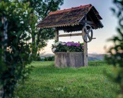 """Lokalkolorit in Form von """"Brunnenhäuserln"""" findet man überall am Wegesrand."""